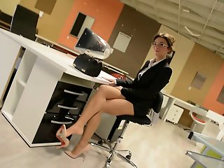 Upskirt:naughty secretary in..